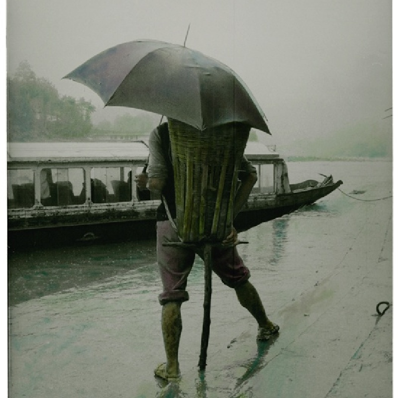 齐鸿 《雨中的背夫》  Qi Hong Backpacker in the Rain  1994