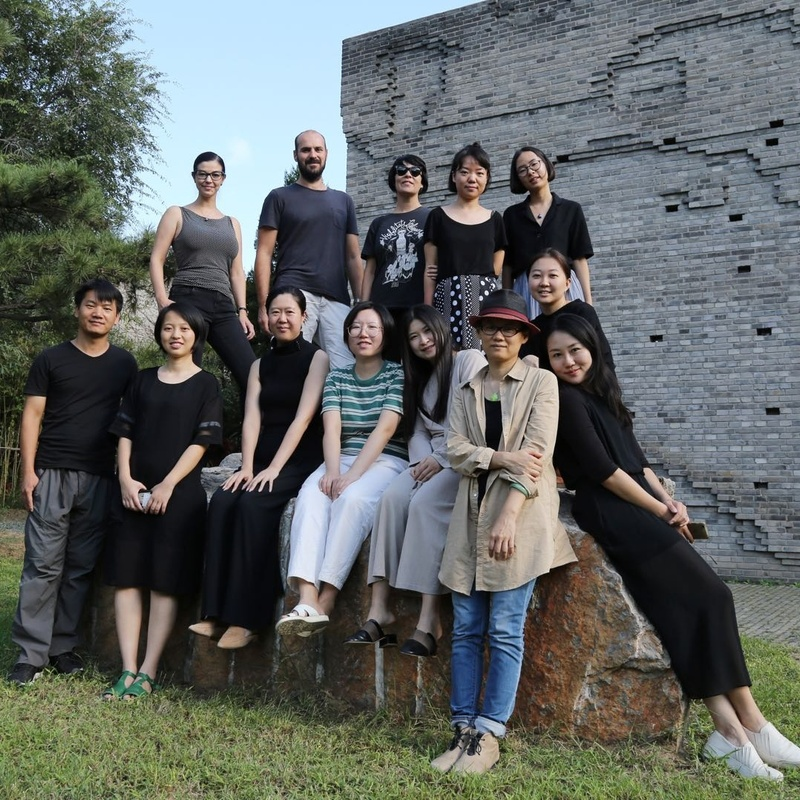 三影堂员工及驻地艺术家合影,2018 The group photo of residency artists and Three Shadows staff, 2018