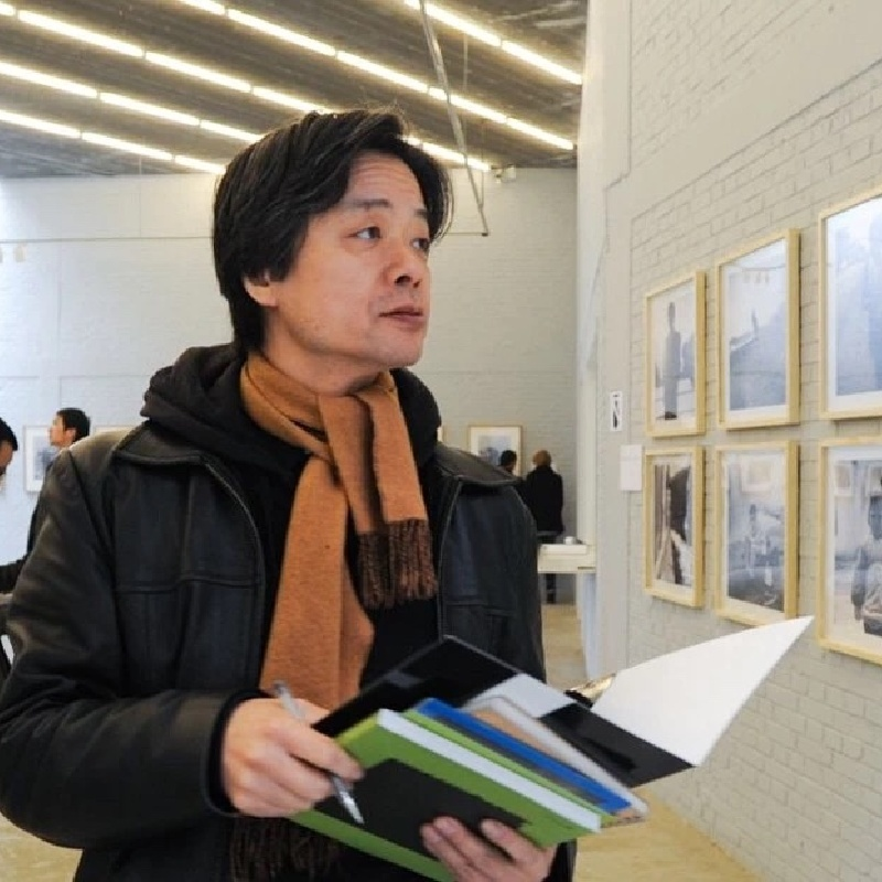 Mr. Lizawa Kotaro as one of the judges of Three Shadows Photography Award, 2010 饭泽耕太郎先生作为三影堂摄影奖评委在展厅参观,2010